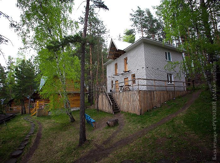 Вид на кирпичный дом с улицы